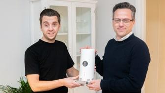 Johan Åkerlund från Stureby tar emot router till Sveriges första publika 5G-nät i december 2019. Per Stigenberg (t h), teknikdirektör på Tre Sverige, levererade första routern.