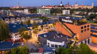 Utsikt över Tallinns hippaste område Telliskivi Creative City, med Gamla stan i bakgrunden. Foto: Kaupa Kalda/Visit Estonia.