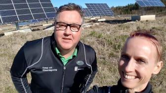 Västerås stads energi- och klimatrådgivare Per Eriksson och Zandra Camber i solparken mellan Västerås och Enköping.