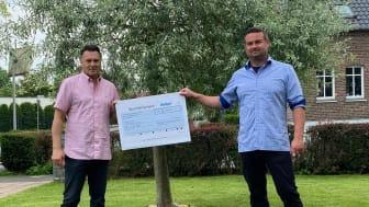 Jochen Koepchen (rechts) übergibt die Spende an Robert Greven (links), Initiator und Vorstandsmitglied des Fördervereins für krebskranke Kinder e.V. Köln, Foto: Gothaer