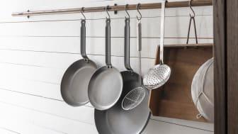 Det nye stokkegreb kan også anvendes til ophæng af køkkentøj. Samtidigt skaber røget eg i flere nuancer et dynamisk helhedsindtryk og føjer en varm atmosfære til køkkenet.