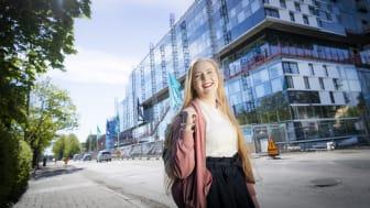 MDH-student framför bygget av nya campusbyggnaden i Eskilstuna.