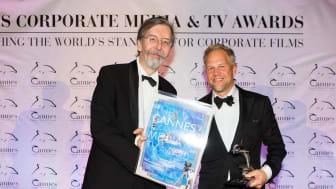Alexander V. Kammel, grundare av Cannes Corporate Media & TV Awards delar ut priset till Sverker Johansson, Bitzer Production AB, som producerat den prisvinnande filmen åt Future Forests. Foto: Felipe Kolm, Warda Network