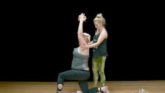 Yogaläraren MIlla Floryd instruerar Yogobe-medlemmen Rebecka Gustafsson.