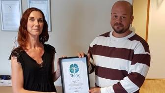 Patrik Kullberg på Ragn-Sells överlämnar certifikatet till Edyta Arasimowicz, miljökoordinator på Tarkett.