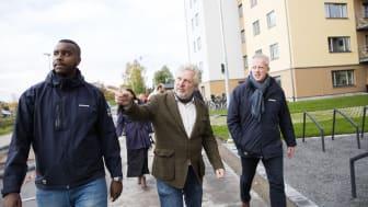 Bostadsministern Peter Eriksson visas runt på Nordanby Äng av Samir Mohamed och Thomas Rhen från Bostads AB Mimer.
