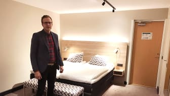 Kristofer Lundström, VD Pite Havsbad, är nöjd med slutresultatet av de nyrenoverade hotellrummen.