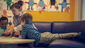Når halve personalgruppen er utdannede barnehagelærere, gir det økt kompetanse og motivasjon i hele personalgruppen.