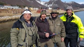 David Hammenstig/Akvaplan-niva (nr 2 fra venstre) intervjuer fisketurister som del av turistfiskeundersøkelsen i prosjektet