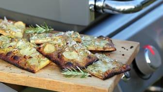 Pizza med poteter, pesto og pinjekjerner smaker helt fantastisk fra grillen!
