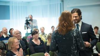 Pris Carl Philip hälsas välkommen av moderator Lotta Nylander