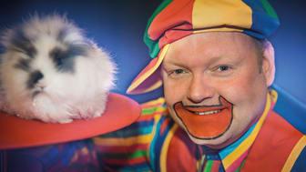 Lørdag blir det trylleshow kl. 12 og kl. 13.45. Før første forestilling og mellom forestillingene lager han ballonger til barna.