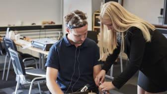 Her ses en af testkørerne med EEG-hjelm, face-recognition kamera og fuldt udstyr.
