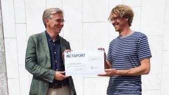 Dr. Michael Schäfer (Geschäftsführer ACTAPORT) überreicht den Spendenscheck von EUR 5.000 an Markus Wulftange (Elternhilfe für krebskranke Kinder Leipzig e. V.) / Bild: Franziska Ide