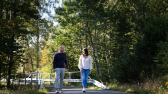 Daniel Johansson, Managing Director at Fagerhults Belysning, on a walk with his mentor Agnesa Selmani, Group leader at IKEA.