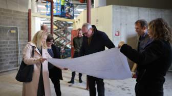 Genomgång av ritningar i nya produktionsanläggningen i Solna.