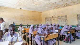 Elever i delstaten Borno, Nigeria. Enligt UNICEF är det bara 25 procent av barnen i delstaten Borno som går i skolan. © Mohammed Abdulsamad / The Walking Paradox