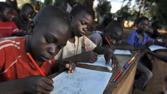 Tillfälliga klassrum hjälper 20 000 barn på flykt