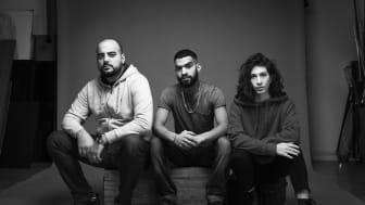 """Poeten och spoken word-artisten Elias Abi Jaber samt skådespelarna Hussein Al Saidan och Zin Dusim som medverkar i """"Klipp han"""". Foto: Nadim Elazzeh."""