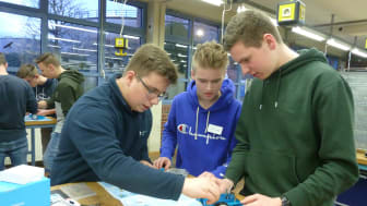 WWE- Azubi Jan Niklas Heidemann, Finn Levin Schmude und Mathis Stratmann vom Delbrücker Gymnasium bauen beim Energy Camp einen Mini-Roboter in der Ausbildungswerkstatt. (v. l.).