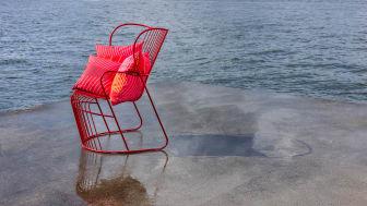 Björn Dahlström har tagit fram en unik röd version av stolen Kaskad med anledning av Marimekkos 70-årsjubileum. Foto: Jann Lipka