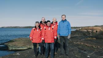Madeleine Norryd, Svein Egil Husevik, Anders Lindvall och Magnus Rydberg från räddningsstation Grötvik, här tillsammans med Urban Nilsson som de räddade livet på. Foto: Fredrik Jalhed