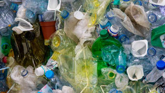 Svenskarna källsorterar – men oroar sig för plast i haven