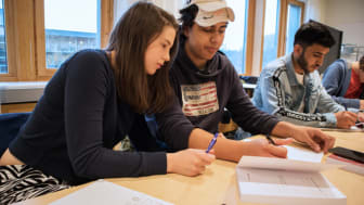 Gymnasieelever räknar matte. Foto: Anna-Lena Lindskog