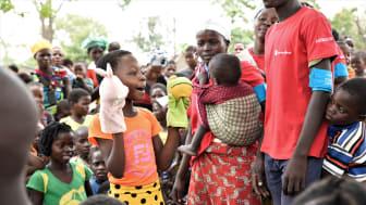Alima (med handdockorna) berättar i podcasten om livet efter cyklonerna. Bild: Save the Children