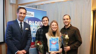 Från vänster Johan Hedengran, affärsutvecklare Uminova Innovation tillsammans med vinnarna Ellen Bergström, Daniel Remes och Tobias Remes.