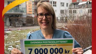 Reumatikerförbundets generalsekreterare Stina Nordström tar emot årets utdelning från Postkodlotteriet