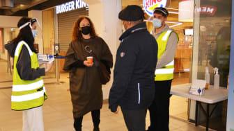 FHI-direktør Camilla Stoltenberg møtte koronavertene Kaynat og Kevin og bydelsutvalgsleder Rashid Nawaz på Stovner-senteret.