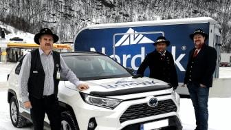 Stolt sponsor av Vinterfestuka: Oddgeir Nergaard (t.v) og Hans Marius Sletteng (t.h) fra Nordvik Narvik her sammen med Frode Sollie fra Vinterfestuka.
