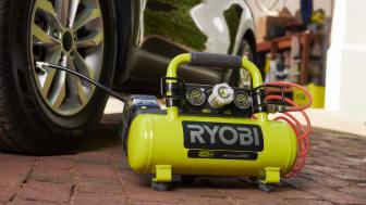 Ryobin 18V kompressorilla voidaan täyttää tyhjä autonrengas jopa 80 sekunnissa