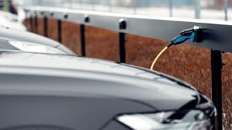 Kvdbil storsatsar på elbilsladdning med ChargeNodes innovativa laddteknik.