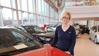 Toyotas hybridbiler er svært ettertraktede i markedet, sier Lena Hundnes, driftsleder hos Nordvik Toyota Mo i Rana. Foto: Nordvik AS.
