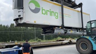 En instruktör från leverantören av R2L övervakar provlastningen av en frigo trailer. Foto: Stephan Ray/Green Cargo.