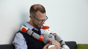 Erik Billing, lektor i informationsteknologi, med en av de sociala robotar som användes i DREAM-projektet. Foto: Högskolan i Skövde