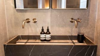 AXOR Uno armaturer i specialoverfladen børstet bronze ved håndvask hos The Audo.