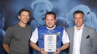 Håkan Ferm från Oddevold tar emot Woody Ungdomsledarstipendiet. Här tillsammans med Jesper Blomqvist och Mikael Tykesson.
