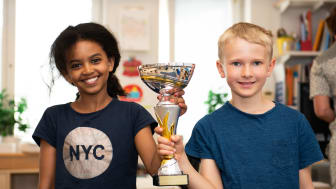 Vinnare av Lilla Säkerhetspriset 2018, Klass 2B Kevingeskolan i Dandaryd. På bilden fr vänster: Solana Zarai och Edvin Lundberg. Foto: : MTR/Emil Andersson