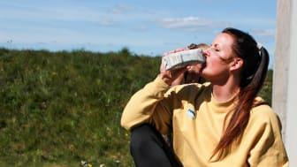 Det är viktigt att dricka vatten under utomhusträningen tycker gruppträningsansvarige Matilda på Formtoppen.