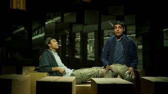 Jamal (Gaute Adela Aastorp Cudjoe) og Mo (Manish Sharma) veks opp i same oppgang i Tante Ulrikkes vei på Stovner i Oslo, men har svært ulike liv. Foto: Erika Hebbert.