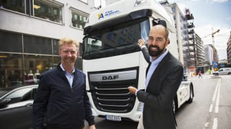 Jan Larsson - VD YrkesAkademin, får första DAFen levererad av Johannes Winberg - Försäljningschef Nordic Truckcenter AB