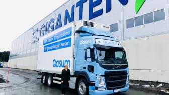 Elgiganten, Volvo Lastbiler og Gasum tester nu at køre dele af transporterne fra selskabets nordiske distributionscenter på flydende biogas.
