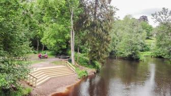 Karlslunds tegelbad ligger i en mindre vik i Svartån och har en trappa i trä i form av en solfjäder.