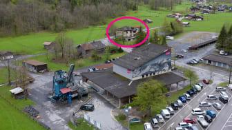 Luftaufnahme: Talstation Stechelberg mit dem 2019 erworbenen Schulhaus im Hintergrund (Kreis)