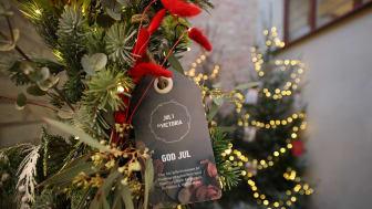 I hjärtat av Kvarteret Victoria, i ett litet utomhusrum i Victoriapassagen, hänger en stor juldekorerad ram som passar fint för årets digitala julkort.
