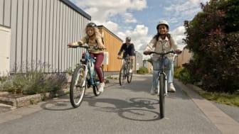Cyklande barn och vuxen. Bild från Svenska cykelstäder.