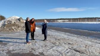 Stina Johansson och Helén Eriksson tillsammans med en ny etablerare i Öhns industriområde.  Foto: Sara Holm